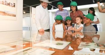 O artista plástico Rubens Matuck acompanha crianças na exposição de seu trabalho, que está em cartaz na BVL.