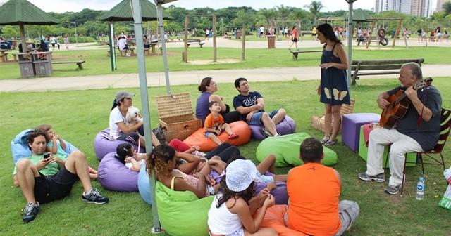 Grupo Girasonhos de contação de histórias entretém público no Parque Villa-Lobos.