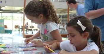 Foto do Pintando o 7 que ensinou as crianças a criarem máscaras de carnaval