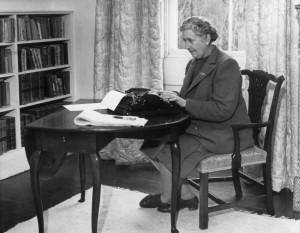 Agatha Christie - É autora de muitos best sellers. Vendeu mais de 4 milhões de cópias e seus livros estão em terceiro lugar entre as obras mais reimpressas de todos os tempos, ficando atrás apenas das peças de William Shakespeare e da Bíblia. Aqui é ela, em sua casa.