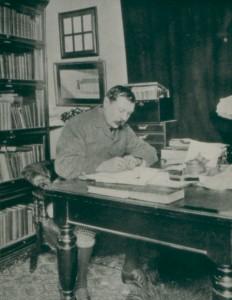 """Arthur Conan Doyle - """"Elementar meu caro Watson"""". Arthur Conan Doyle aparece aqui em sua casa na Inglaterra, enquanto escreve um de seus thrillers cujo protagonista principal é o detetive preferido do mundo, Sherlock Holmes."""