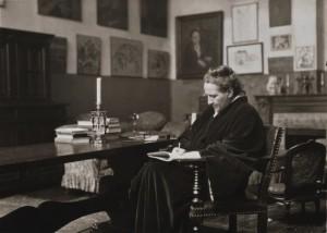 Gertrude Stein - Famosa por escrever romances e poesia, Gertrude Stein era também conhecida pela sua casa em Paris, onde hospedou escritores e artistas de todo o mundo, entre os quais Pablo Picasso.