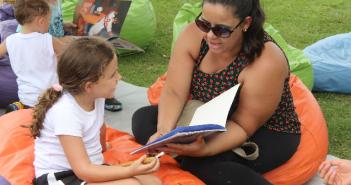 domingo nos parques - mae lendo para uma crianca