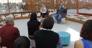 Foto do escritor Ferrez na biblioteca parque villa lobos em conversa na oca