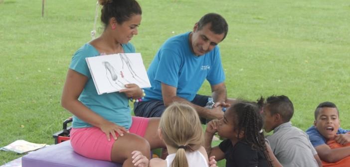 Lili Flor e Paulo Pixu contam histórias para crianças, no Parque Villa-Lobos.