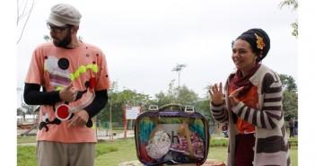Grupo de contação de histórias narram contos para participantes do Domingo no Parque.