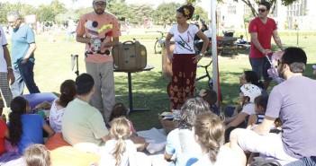 Grupo conta histórias e toca músicas aos frequentadores do Parque Villa-Lobos.