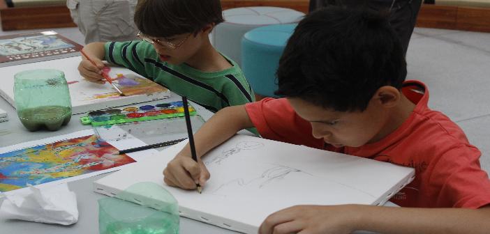 fotos do pintando o 7 na bvl com duas criancas pintando com guache