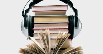 Livros com fone de ouvido remetendo ao tema do texto: os audiolivros