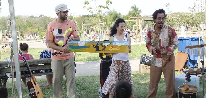A Cia. Malas Portam conta histórias no Parque Villa-Lobos durante o Domingo no Parque da Biblioteca Parque Villa-Lobos