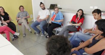 foto de dez pessoas reunidas no clube de leitura em outubro na bvl