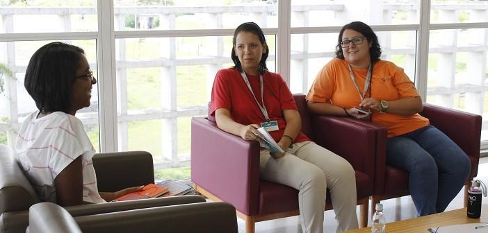 Sócia da BVL, sentada em uma poltrona, debate com duas funcionárias da biblioteca, também sentadas em poltronas, um conto do escritor Ignácio de Loyola Brandão