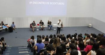 O auditório da Biblioteca Parque Villa-Lobos lotado de jovens durante o 4º Encontro dos Booktubers para Inscritos.
