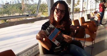 Lívia encontrou um lugar especial para ler. Venha encontrar o seu!