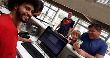 Renato da Silva Silveira, auxiliar de leitura, com Pedro e o filho Francesco. Foto: Equipe SP Leituras.
