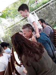 Noah com os pais. Foto: Equipe SP Leituras.