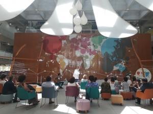 Performance de Sandra Lessa, que contou algumas das histórias retratadas na exposição Lembra, corpo? na BVL. Foto: Equipe SP Leituras.