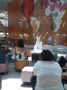 Performance de Sandra Lessa, que contou algumas das histórias retratadas na exposição Lembra, corpo? na BVL. Foto: Equipe SP Leituras