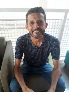 Nario Barbosa, artista que realizou as intervenções artísticas nas fotos da exposição Lembra, Corpo?, que fica até março na BVL. Foto: Equipe SP Leituras.