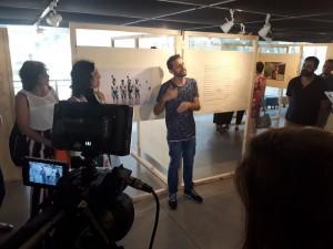 Nario Barbosa fez as intervenções artísticas nas fotos reunidas na exposição. Foto: Equipe SP Leituras.