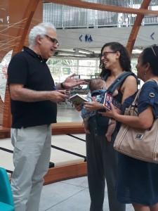 Fabiana com Theo e Milton Hatoum. Foto: Equipe SP Leituras.