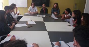 """Alunos entrevistam autores do documentário """"Impressão Minha"""", sobre editoras independentes. Foto: Equipe SP Leituras."""