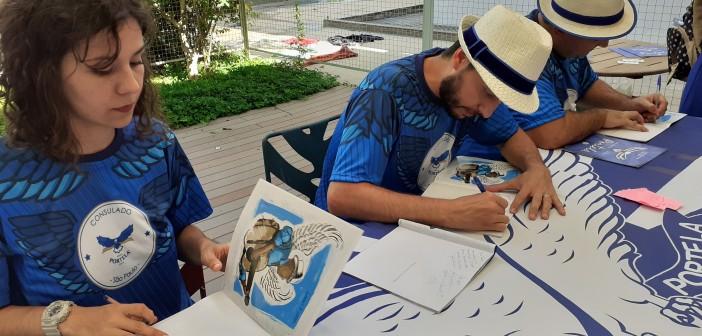 """A ilustradora Julia de Paula com os escritores Carlos Eduardo Tattá e Paulo Toledo, de """"Vamos Falar da Portela"""". Foto: Equipe SP Leituras."""