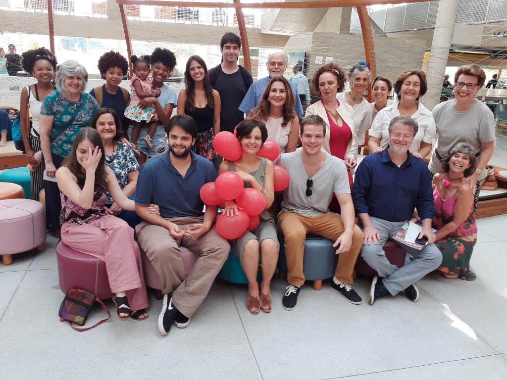 A maestrina Dani Mattos, aniversariante, ao centro. Foto: Equipe SP Leituras.