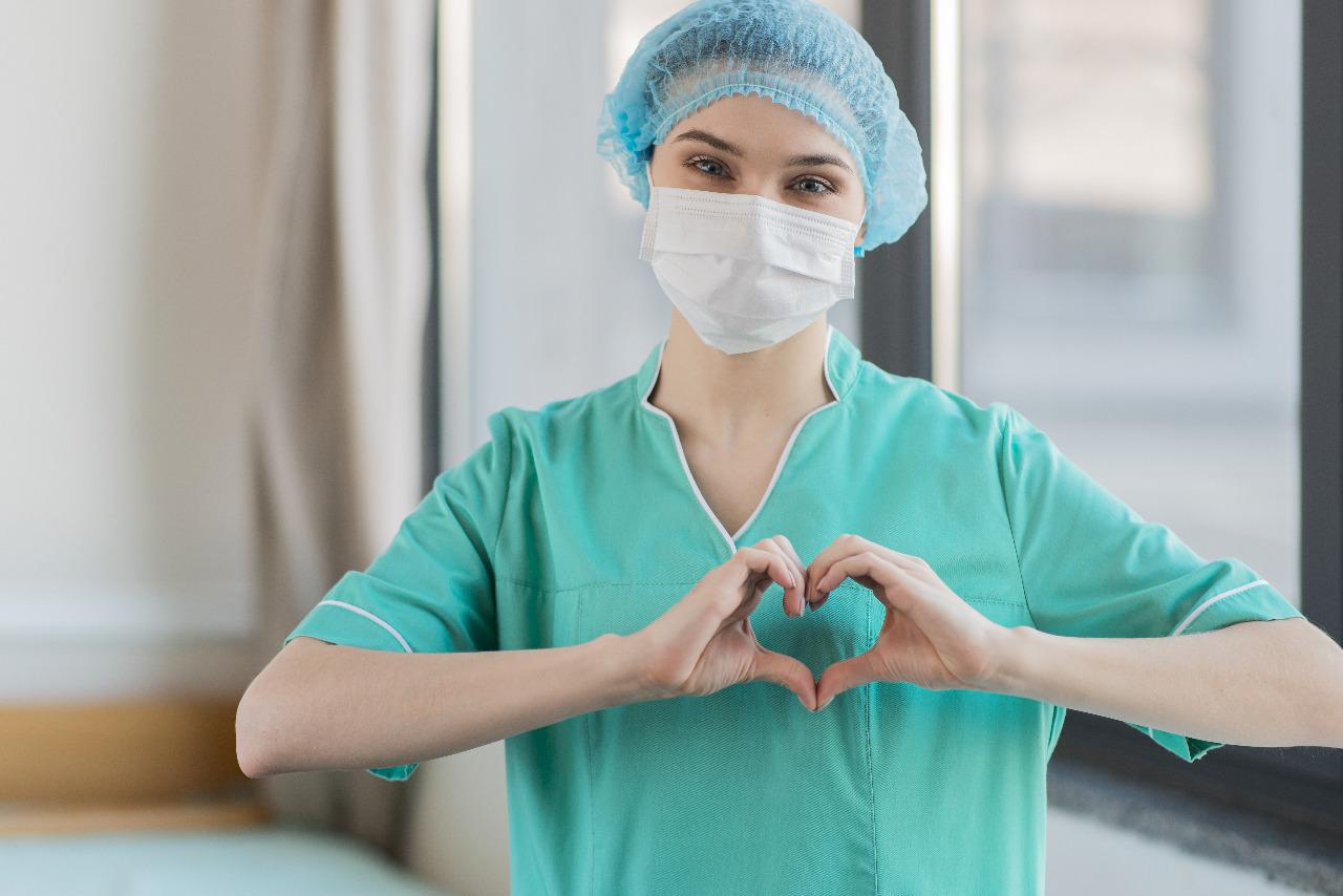 Enfermeira faz coraçãozinho. Imagem Free Pix