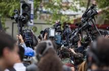 Vários jornalistas se aglomeram em uma cobertura. Foto: Freepik